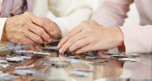 puzzle en persona mayor